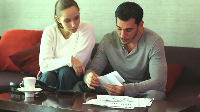 stockvideo's en b-roll-footage met hd:couple discuss financial difficulties. - snavel
