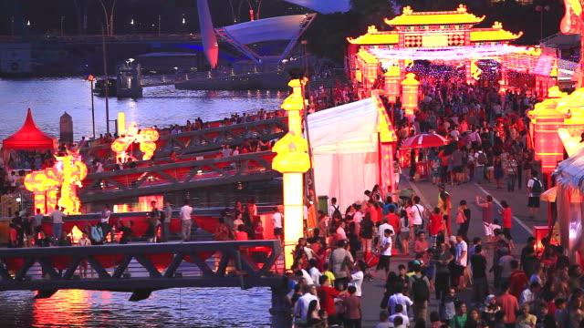 HD: multitud de personas en Lunar año nuevo evento de Singapur. - vídeo