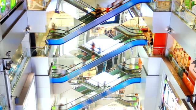 hd: folla di persone spostarsi sulla scala mobile nel centro commerciale. - scala mobile video stock e b–roll