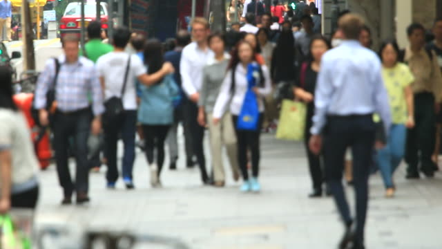 vídeos de stock, filmes e b-roll de hd: multidão pessoas caminhando na estrada. - economy