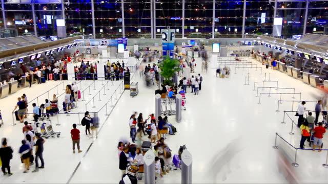 stockvideo's en b-roll-footage met hd:crowd traveller at the airport. - vliegveld vertrekhal