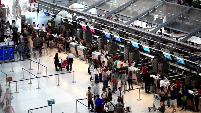 HD :  foule voyageurs à l'aéroport. - Vidéo