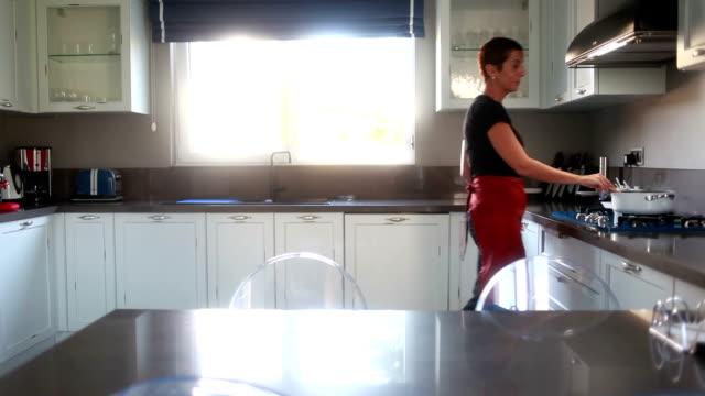 vidéos et rushes de hd :  famille & & & style de vie décontracté de la - vaisselle picto
