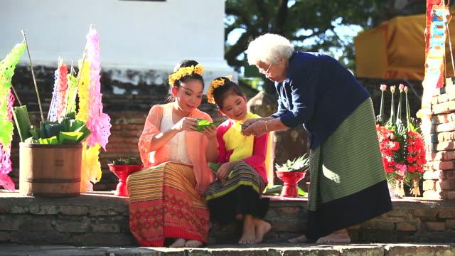 vídeos de stock, filmes e b-roll de hd: avó ensinar sobrinha. - cultura tailandesa