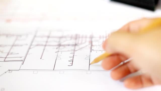 hd: mano controllo cianografia di lavoro. - architetto video stock e b–roll