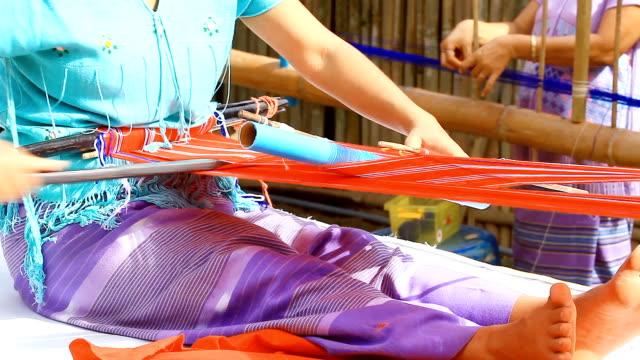 hd: рука ткать на ткацкий станок в таиланде - шарф стоковые видео и кадры b-roll