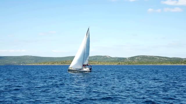 vídeos y material grabado en eventos de stock de hd-portátil: barco de vela en el regatta mediante navegación principal y génova - agente de viajes