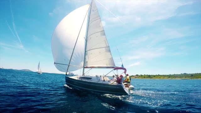 vídeos y material grabado en eventos de stock de hd-portátil: barco de vela en el regatta mediante navegación principal y spinacker - agente de viajes