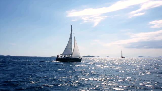 vídeos y material grabado en eventos de stock de hd-portátil: embarcación en el regatta mediante navegación principal y la navegación - agente de viajes