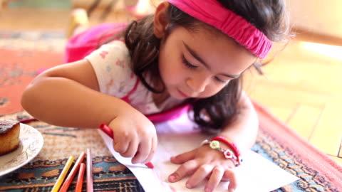 vidéos et rushes de hd :  petite fille peinture - fait maison