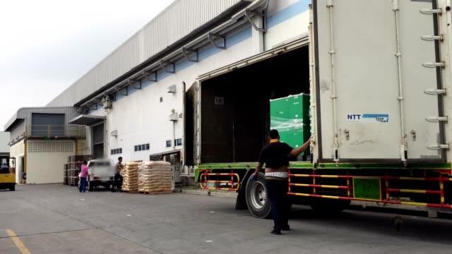 hd  : 荷積製品のトラックの倉庫、低速度撮影 - トラック点の映像素材/bロール