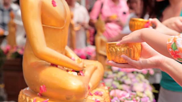 vídeos de stock, filmes e b-roll de hd: o mérito as bênçãos trouxe a tradição da tailândia. - ano novo budista