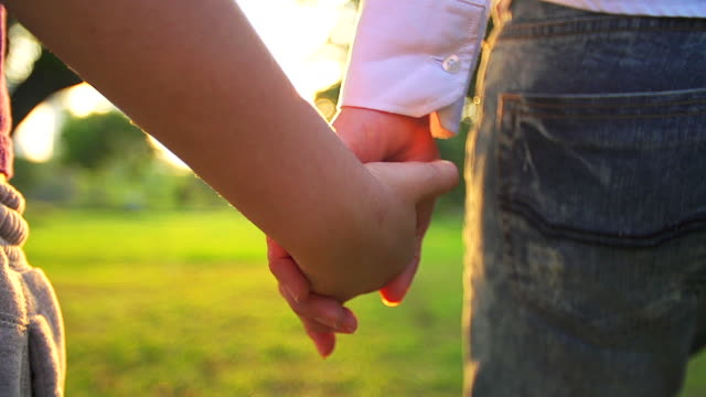 hd:mother と夏の日の屋外で一緒に手を繋いでいる娘 - 援助点の映像素材/bロール