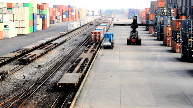 hd: l'operazione in ferrovia yard. (time lapse) - parapetto barriera video stock e b–roll