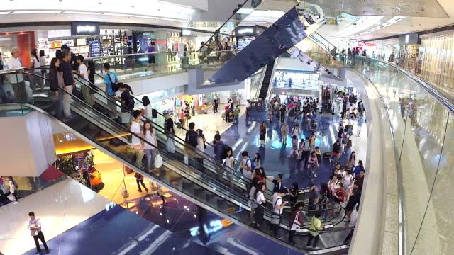 hd: persone andare su scala mobile nel shopping mall. (time lapse) - scala mobile video stock e b–roll