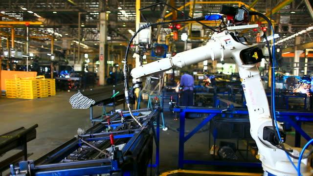 hd: robot braccio di saldatura in fabbrica di lavoro. - metal robot in logistic factory video stock e b–roll