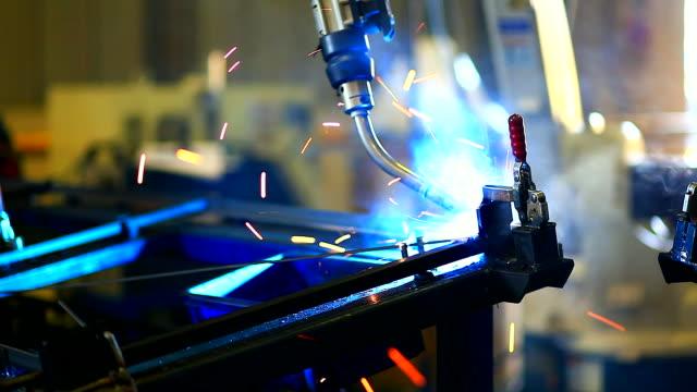 hd: saldatura robot braccio. - metal robot in logistic factory video stock e b–roll