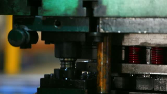 stockvideo's en b-roll-footage met hd:sheet metal stamping. - stempel