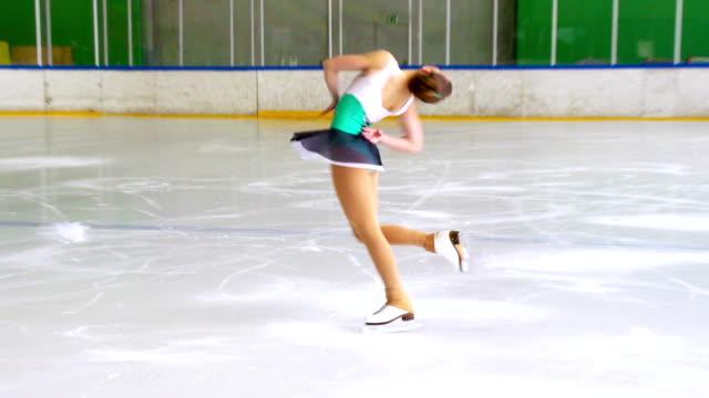 hd:shot of young woman at figure skating - piruett bildbanksvideor och videomaterial från bakom kulisserna