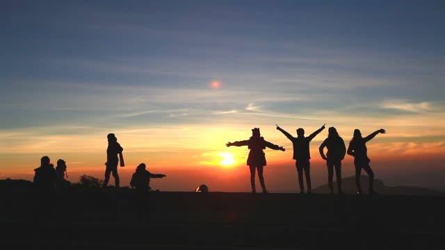 HD: silhueta de cena de viajante no nascer do sol. - vídeo