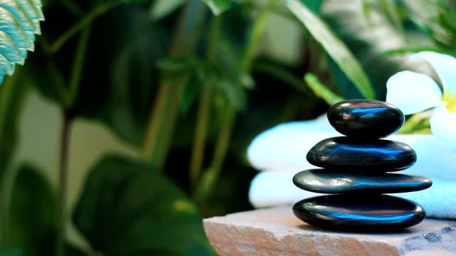 HD:Spa naturaleza muerta de la piedra zen, velas y aceite para masaje - vídeo