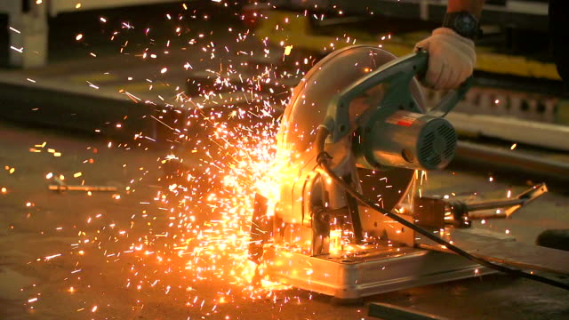 hd: sparks e la rettifica steel pipe. - rettificatrice video stock e b–roll