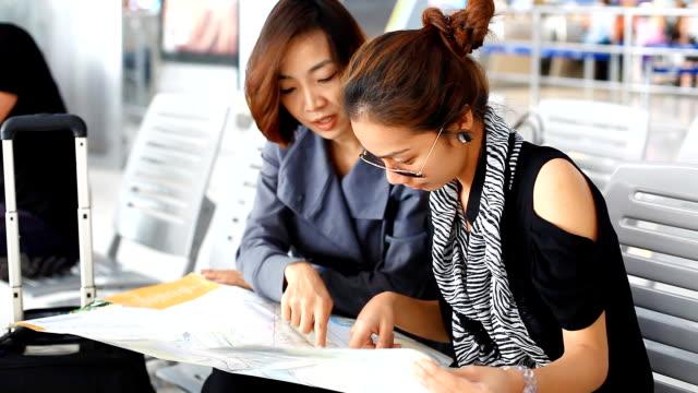 hd :2 つのアジアの女性のマップ。 - 乗客点の映像素材/bロール