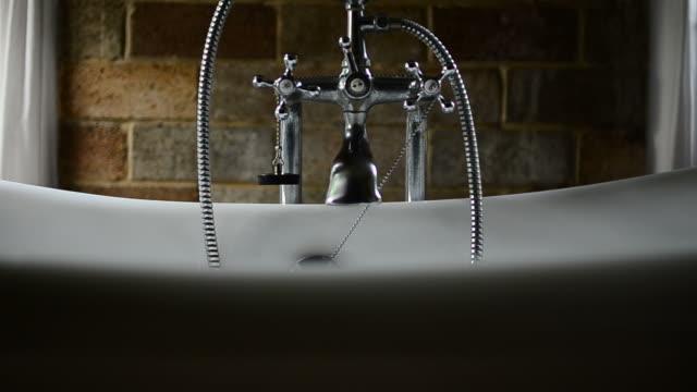 HD: Vintage-Badewanne im Badezimmer – Video