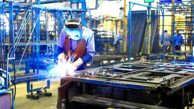 stockvideo's en b-roll-footage met hd:worker with helmet during welding work. - lassen