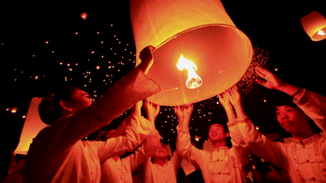 stockvideo's en b-roll-footage met hd:young people release floating lanterns to the sky. - culturen