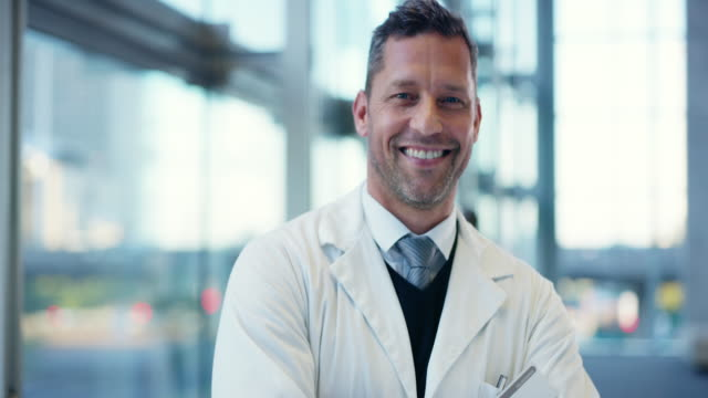 vídeos y material grabado en eventos de stock de se convirtió en médico para ayudar a los demás - sonrisa con dientes
