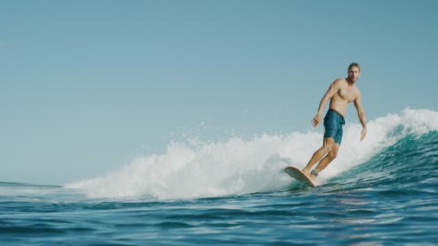 彼は明日がないようなスタイルをもたらす - サーフィン点の映像素材/bロール