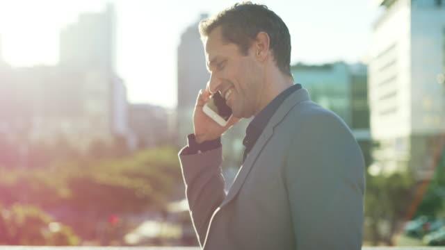 彼はこの街の全ての発砲を呼び出す - 電話を使う点の映像素材/bロール