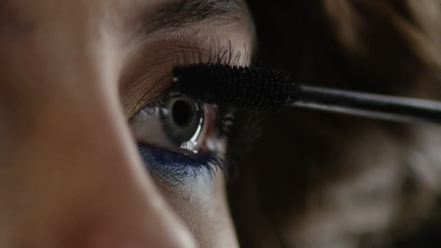 he girl uses mascara. Fashion video. Slow motion. 4K 30fps ProRes 4444