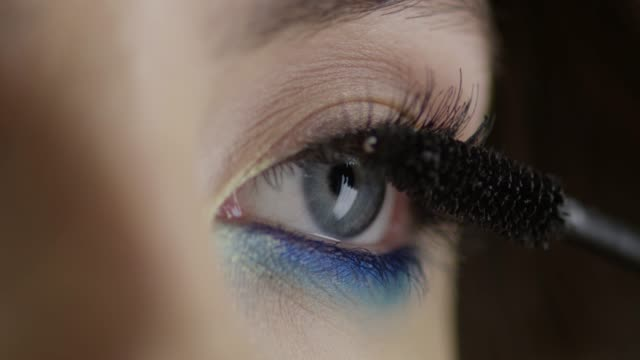 vídeos de stock e filmes b-roll de he girl uses mascara. fashion video. slow motion. 4k 30fps prores 4444 - rímel
