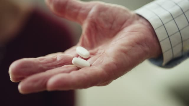 he never forgets her medication - dedizione video stock e b–roll
