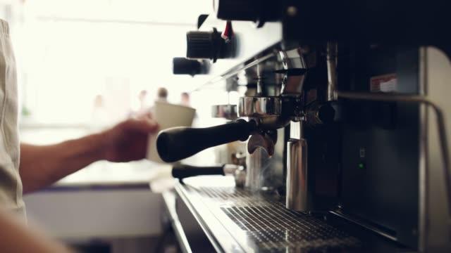 er serviert nur den frischesten kaffee - barista stock-videos und b-roll-filmmaterial