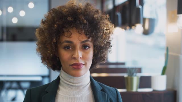 huvud och axlar porträtt av leende african american affärskvinna som arbetar i moderna kontor - affärskvinna bildbanksvideor och videomaterial från bakom kulisserna