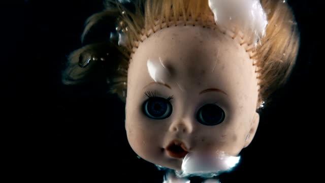 tête de poupée à cuire à point d'ébullition du liquide pour un rituel - Vidéo
