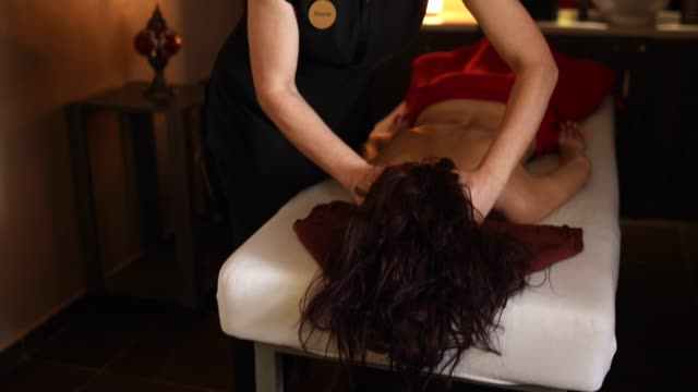 vídeos de stock e filmes b-roll de head massage for the end of the day - puxar cabelos