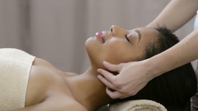 голову массаж - massage стоковые видео и кадры b-roll
