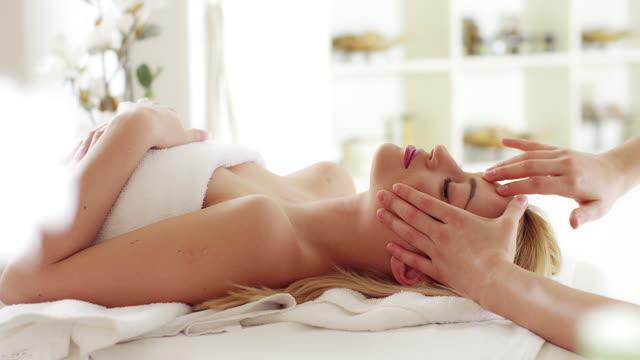 stockvideo's en b-roll-footage met hoofdmassage - massagetherapeut