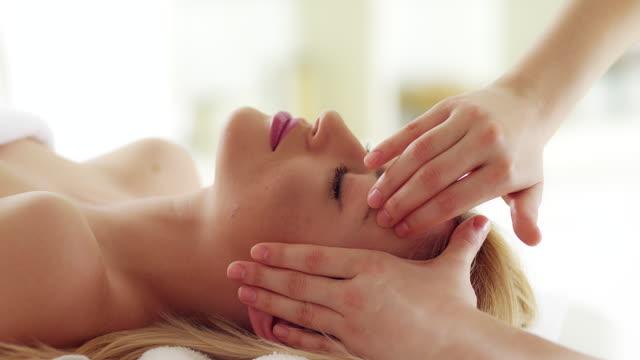 vidéos et rushes de massage de la tête - soin spa