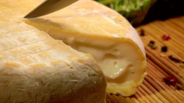 vídeos de stock e filmes b-roll de head of brebis sheep cheese cut with knife - cheese