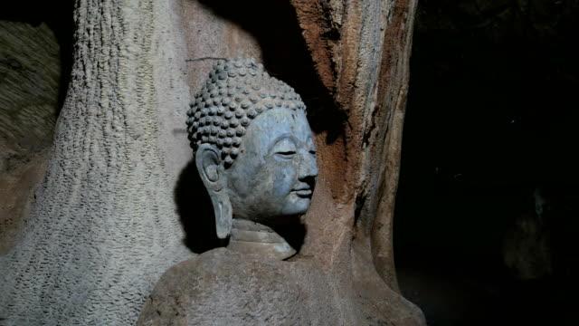 chef för buddha i underjordiska grottan, dolly sköt. - fornhistorisk tid bildbanksvideor och videomaterial från bakom kulisserna