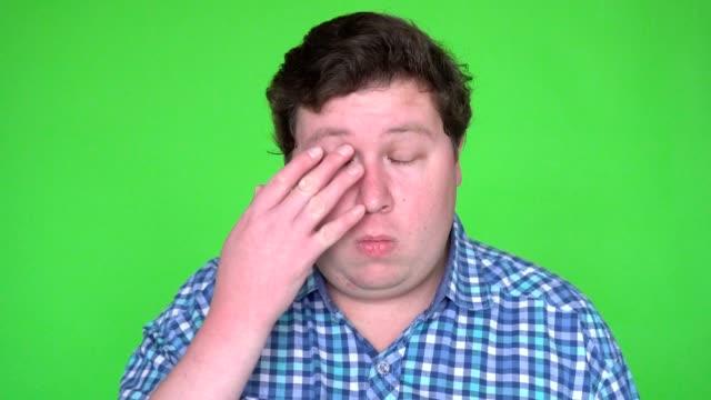 kopf schuss menschenbild habe augen allergie und reiben sie mit finger augen und blinzelte. - mann bart freisteller stock-videos und b-roll-filmmaterial
