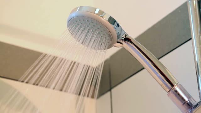 duschkopf und fließendes wasser - wassersparen stock-videos und b-roll-filmmaterial