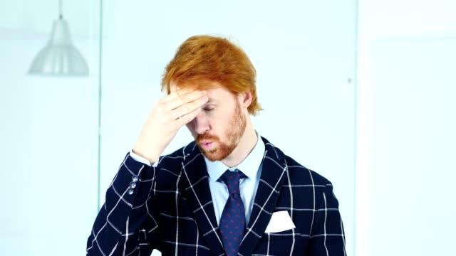 vídeos de stock e filmes b-roll de headache, upset tense young redhead businessman - trabalho de design
