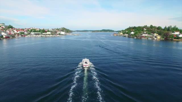 vídeos de stock e filmes b-roll de headed towards the open ocean - noruega