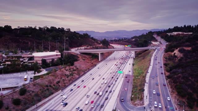 405 に向かってシャーマンオークス、カリフォルニア - 空撮 - 州間高速道路点の映像素材/bロール